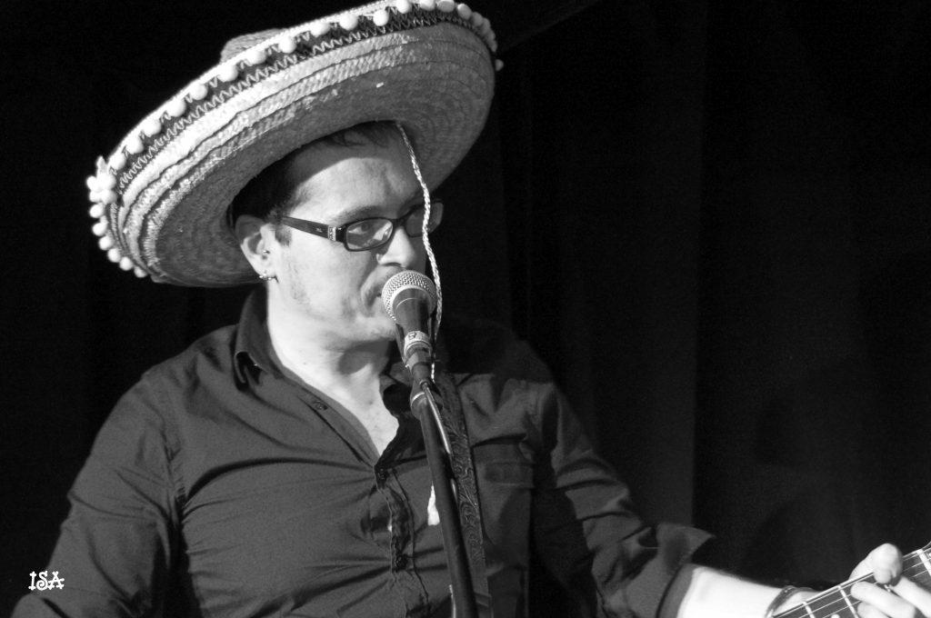 Laurent Honel avec un chapeau mexicain moche