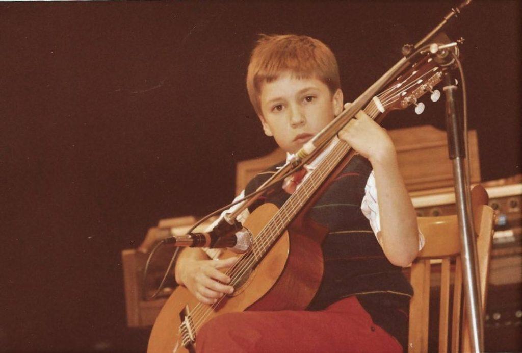 Yves enfant avec une guitare